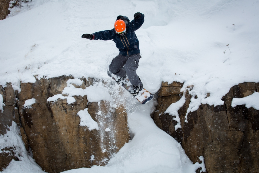 freeriding snowboarder